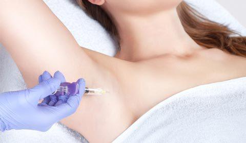 脇に注射を打つ女性
